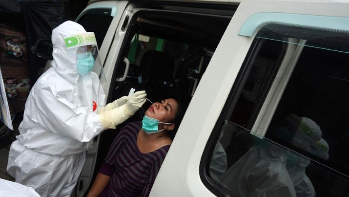 Tidak Pakai Masker, Pedagang di Pasar Langsung di Swab Test (CNBC Indonesia/Muhammad Sabki)