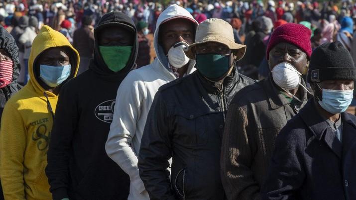 Masyarakat Afrika Selatan antre sembako. AP/Themba Hadebe