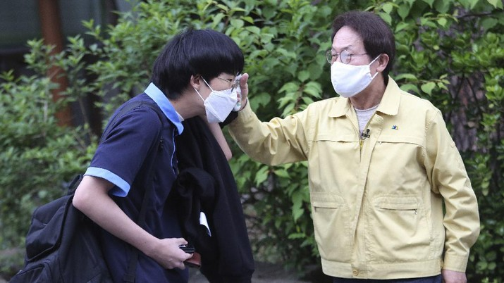 Korea Selatan membuka kembali kegiatan belajar ditengah pandemi COVID-19.  (AP Photo/Ahn Young-joon)