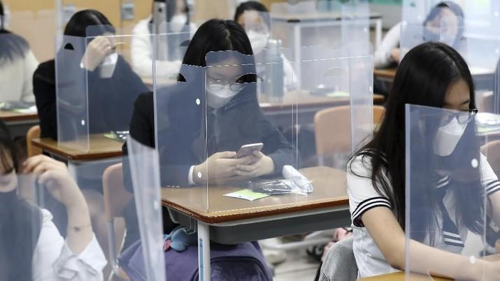 Korea Selatan membuka kembali kegiatan belajar ditengah pandemi COVID-19. AP/Kim Jun-beom