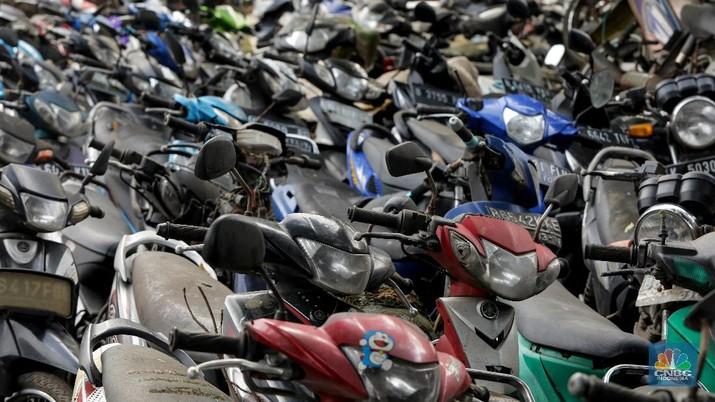 Sepeda motor terlihat diantara ilalang di tempat penampungan di Jalan Perjuangan, Teluk Pucung, Bekasi Utara, Jawa Barat, Indonesia, Kamis, 21 Mei 2020. Sepeda motor tersebut merupakan hasil razia dan korban kecelakaan lalu linta di wilayah Bekasi Kota. Motor tersebut menjadi rongsok hingga berkarat. Menurut data Korlantas Polri sepeda motor tercatat sebagai penyumbang besar angka kecelakaan lalu lintas dengan jumlah 35.980 pada triwulan II-2019, jumlah tersebut menurut dibanding triwulan I-2019 dengan jumlah 36.358.  (CNBC Indonesia/ Andrean Kristianto)