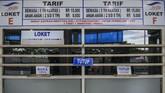 Loket pemesanan tiket di pelabuhan Merak tampak sepi pada Kamis (21/5). Penjualan tiket penumpang dari Merak ke Bakeuheni yang sebelumnya dijual secara daring kini dijual secara langsung di loket. (ANTARA FOTO/Galih Pradipta)