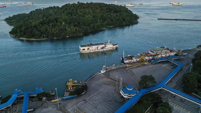 Jumlah penumpang di Pelabuhan Merak menurun selama berlakunya PSBB mengacu data dari PT ASDP. Hingga Kamis Kamis (21/5), total penumpang berjumlah 2.820. (ANTARA FOTO/Galih Pradipta)