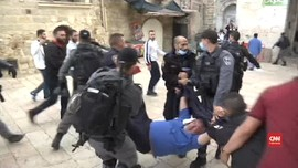 VIDEO: Polisi Tangkap Dua Orang Saat Bubarkan Demo di Al Aqsa