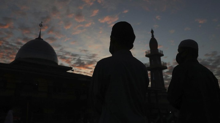 Indonesian Muslims attend an Eid al-Fitr prayer that marks the end of the holy fasting month of Ramadan amid fears of the new coronavirus outbreak in Bekasi on the outskirts of Jakarta, Indonesia Sunday, May 24, 2020. (AP Photo/Achmad Ibrahim)