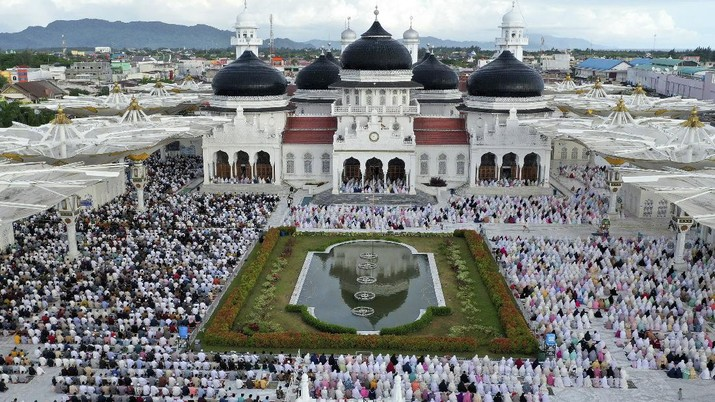 This aerial photo shows Muslims performing during an Eid al-Fitr prayer despite concerns of the new coronavirus outbreak, at Baiturrahman Grand Mosque in Banda Aceh in the deeply conservative Aceh province, Indonesia, Sunday, May 24, 2020. Millions of people in the world's largest Muslim nation are marking a muted and gloomy religious festival of Eid al-Fitr, the end of the fasting month of Ramadan - a usually joyous three-day celebration that has been significantly toned down as coronavirus cases soar. (AP Photo/Heri Juanda)