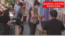 VIDEO: Warga Antre Bantuan Covid-19
