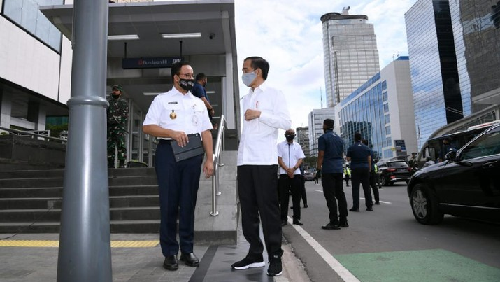 Jokowi bersama Gubernur DKI Jakarta Anies Baswedan usai meninjau stasiun MRT Bundaran Hotel Indonesia (Biro Pers Sekretariat Presiden/ Muchlis Jr)