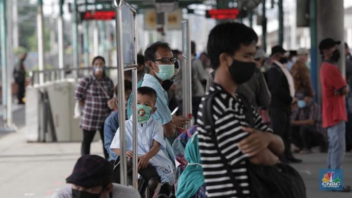 Warga menunggu kedatangan kereta api di Stasiun Manggarai, Jakarta, Selasa (26/5). Usai libur Hari Raya Idulfitri 1441 H sejumlah pekerja sudah terlihat masuk. Pemerintah telah mengambil keputusan untuk menggeser cuti bersama Lebaran 2020 akibat wabah virus corona (Covid-19). Dengan begitu, jadwal libur hari raya hanya berlaku sampai H+1 Lebaran atau pada pada 25 Mei 2020, termasuk untuk Pegawai Negeri Sipil (PNS). Pantauan CNBC Indonesia  penerapan normal yang baru atau new normal terlihat diberlakukan di sarana transportasi umum guna menunjang aktivitas warga yang bekerja di tengah pandemi virus Corona baru (COVID-19). Untuk diketahui, panduan bekerja di situasi new normal tertuang dalam Keputusan Menteri Kesehatan Nomor HK.01.07/MENKES/328/2020 tentang Panduan Pencegahan dan Pengendalian COVID-19 di Tempat Kerja Perkantoran dan Industri dalam Mendukung Keberlangsungan Usaha pada Situasi Pandemi. (CNBC Indonesia/ Muhammad Sabki)