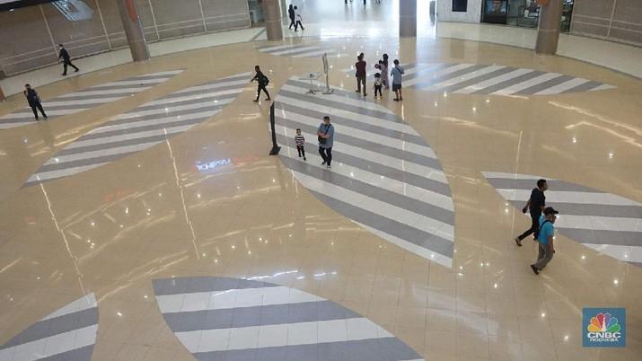 Pengunjung saat membeli makanan di Mall Summarecon Bekasi, Selasa (26/5). Pantauan CNBC Indonesia Summarecon Mall Bekasi hingga kini masih beroperasi secara terbatas imbas pandemi COVID-19. Hanya toko makanan dan farmasi yang buka di pusat perbelanjaan ini. Namun untuk gerai makanan tidak melayani makan di tempat. Usai Presiden RI Jokowi meninjau  mall Summarecon dalam waktu dekat siap beroperasi secara penuh karena kasus positif virus Corona di wilayah tersebut sudah landai dan dikategorikan zona hijau. Nantinya pengunjung mal bakal dibatasi hanya 50% dari kapasitas normal. Begitu pula dengan gerai-gerai yang ada di dalamnya, kapasitasnya hanya boleh 50% dari kondisi normal. (CNBC Indonesia/ Muhammad Sabki)