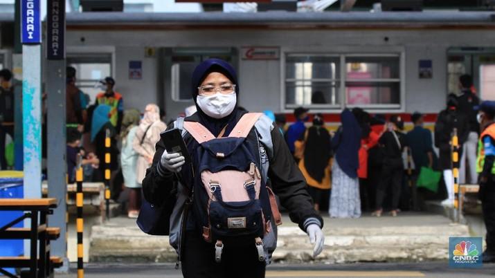 Kondisi di Stasiun Manggarai Jakarta Selatan pada Kamis (28/5/2020) terpantau masih ramai. Banyak warga yang berlalu lalang meski masih memasuki pelaksanaan Pembatasan Sosial Berskala Besar atau PSBB dan akan berakhir 4 Juni 2020 di DKI Jakarta.   Di stasiun, para pengguna KRL khususnya dari sejumlah daerah penyangga Jakarta masih banyak berdatangan ke Ibu Kota saat jam kerja.   Dari pantauan CNBC Indonesia dilapangan, Kamis (28/5/2020), penumpang di Stasiun Manggarai terdiri dari berbagai macam kalangan. Mulai dari orang dewasa hingga anak-anak masih terlihat bepergian menggunakan KRL.   Sementara itu, tampak petugas keamanan stasiun akan menegur penumpang jika tak menggunakan masker dan tidak menerapkan physical distancing atau menjaga jarak.   Kendati begitu, situasi di Stasiun Manggarai tidak sepadat di saat-saat jam kerja. Penumpang di dalam kereta pun terlihat relatif sepi.   Untuk diketahui sebelumnya, PSBB untuk memutus penyebaran virus Corona atau Covid-19 belum dapat diterapkan 100%.    Begitu juga dengan tulisan larangan duduk atau saling menjaga jarak saat berada di dalam gerbong. Sesuai aturan moda transportasi saat masa PSBB, KRL harus membatasi jadwal kereta begitu juga kapasitas penumpangnya, yakni maksimal 50% dari jumlah normal. (CNBC Indonesia/ Tri Susilo)