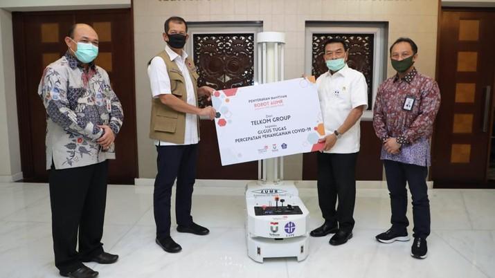 Kepala Staf Kepresidenan Moeldoko (kedua dari kanan) menyerahkan simbolis bantuan Robot Disinfeksi Autonomous UVC Mobile Robot (AUMR) kepada Ketua Gugus Tugas Percepatan Penanganan COVID-19 Doni Monardo (kedua dari kiri) disaksikan Direktur Human Capital Management Telkom Edi Witjara (paling kanan) dan Staf Ahli Bidang Desentralisasi Kesehatan Kementerian Kesehatan Republik Indonesia, dr. Pattiselanno Roberth Johan, MARS (paling kiri) di Jakarta, Kamis (28/5). (Dok. Telkom)