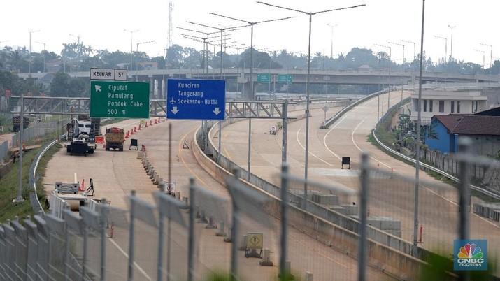 Suasana pembangunan Jalan Tol Serpong-Cinere yang melintasi wilayah Serpong (Jombang), Serua, Ciputat, Pamulang, dan Pondok Cabe/Cinere di Tangerang Selatan, Jumat (29/5/2020).  Jalan Tol tersebut memiliki total panjang 10,14 kilometer hampir rampung yang rencana diperkirakan pertengahan tahun 2020 bisa digunakan. Pantauan CNBC Indonesia beberapa jalan tersebut masih masih dalam proses pengerjaan. Truk truk pasir berbanjar di proyek tersebut. Awalnya jalan tol ini ditargetkan dapat beroperasi sebelum Lebaran tahun 2020.Ruas Jalan Tol Serpong-Cinere akan melintasi wilayah Serpong (Jombang), Serua, Ciputat, Pamulang, dan Pondok Cabe/Cinere. Jalan Tol yang termasuk bagian dari Jalan Tol Lingkar Luar Jakarta atau Jakarta Outer Ring Road (JORR) II ini akan tersambung dengan Jalan Tol Serpong-Kunciran dan Jalan Tol Kunciran-Cengkareng. (CNBC Indonesia/ Muhammad Sabki)