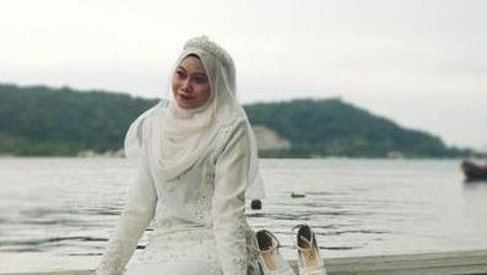 Viral Wanita Foto Pakai Gaun Pengantin Sendirian, Ternyata Ini Alasannya