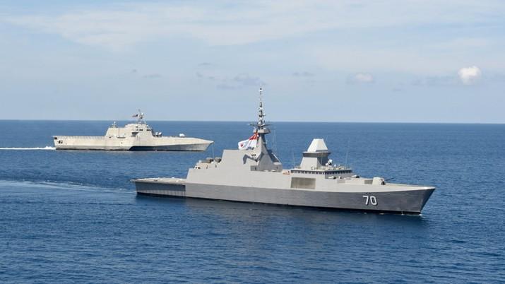 USS Gabrielle Giffords (LCS 10) dan Angkatan Laut Republik Singapura RSS Steadfast (FFS 70) berlatih bersama di Laut Cina Selatan. (Twitter @USPacificFleet)