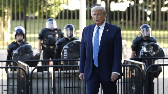 Presiden Donald Trump berjalan dari gerbang Gedung Putih untuk mengunjungi Gereja St. John di seberang Taman Lafayette.  (Foto AP / Patrick Semansky)