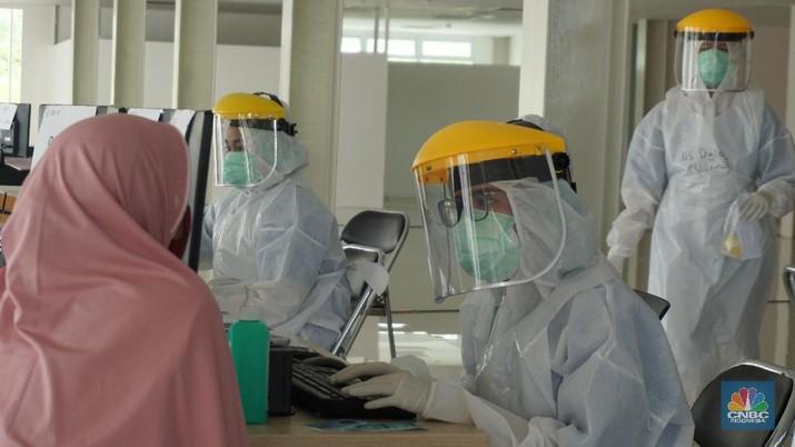 Petugas medis melayani pasien di RS Universitas Indonesia, Jakarta, Senin (2/6/2020). (CNBC Indonesia/ Andrean Kristianto)