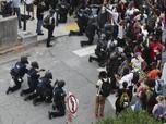 Mengharukan! Polisi AS Berlutut Maaf karena George Floyd