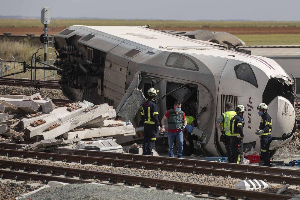 Akibat kecelakaan kereta vs mobil di Spanyol. AP/Emilio Fraile