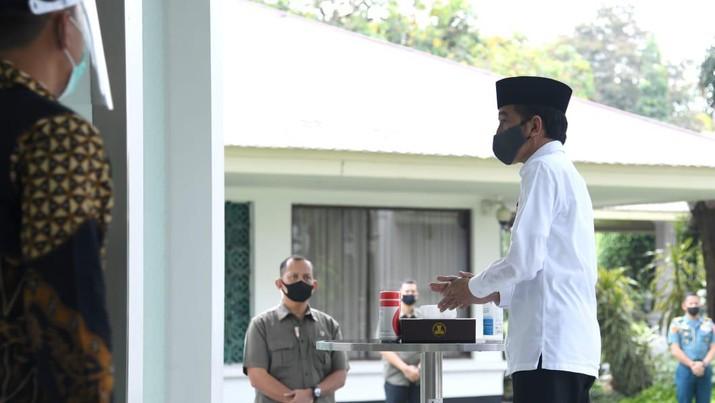 Presiden Jokowi Salat Jumat di Masjid Baiturrahim. Biro Pers Sekretariat Presiden