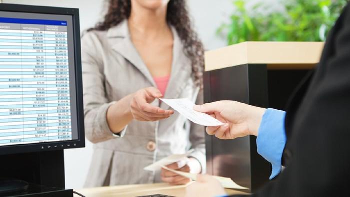 Viral Kisah Haru Perempuan Tuli Dibantu Satpam Saat Transaksi di Bank