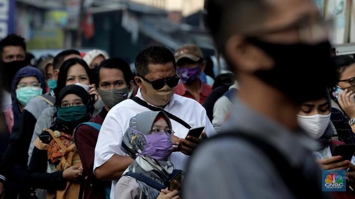 Antrian calon penumpang KRL menumpung di Stasiun CItayam, Depok, Jawa Barat, Senin 8 Juni 2020 (CNBC Indonesia/Muhammad Sabki)