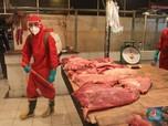 Melihat Pasar Senen 'Disiram' Disinfektan Demi Cegah Covid-19