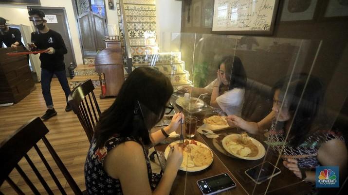 Restoran yang menerapkan protokol kesehatan pencegahan COVID-19. (CNBC Indonesia/Andrean Kristianto)