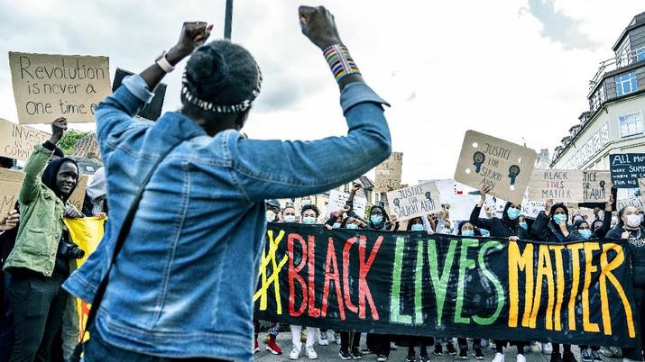Orang-orang mengambil bagian dalam demonstrasi Black Lives Matter, di Aalborg, Denmark Selasa, 9 Juni 2020, sebagai tanggapan atas pembunuhan baru-baru ini oleh George Floyd oleh petugas polisi di Minneapolis, AS, yang telah menyebabkan protes di banyak negara dan di seluruh AS. .(Henning Bagger/Ritzau Scanpix via AP)