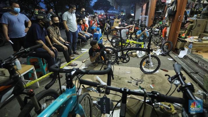 Pekerja merakit sepeda pesanan pembeli di Toko Sepeda Maju Royal, Cipondoh, Tangerang, Banten, Kamis (11/6/2020). Meski di masa pandemi COVID-19, penjualan sepeda di toko tersebut mengalami kenaikan penjualan hingga delapan puluh lima persen. (CNBC Indonesia/ Andrean Kristianto)