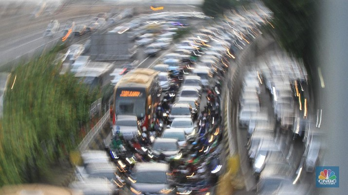 Suasana kemacetan terjadi di Tol Halim mengarah ke Tol Dalam Kota, Cawang, Jakarta Timur, kemacetan kembali terjadi di Tol dalam kota Gatot Subroto, Jakarta. 15/6/20.(CNBC Indonesia/ Tri Susilo)