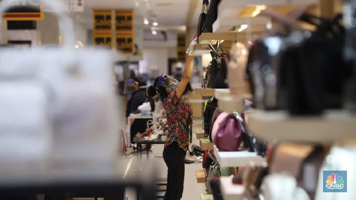 Warga memakai masker di pusat perbelanjaan di Mall Puri Jakarta, Senin (15/6). Mall yang berlokasi di bilangan Jakarta Barat ini terpantau menerapkan protokol kesehatan yang berlaku sesuai dengan anjuran saat ini. Protokol tersebut antara lain wajib memakai masker, jaga jarak 1 meter, suhu tubuh harus di bawah 37,5 derajat celcius, lift maksimum 6 orang, hingga pembayaran yang didorong cashless. (CNBC Indonesia/ Muhammad Sabki)