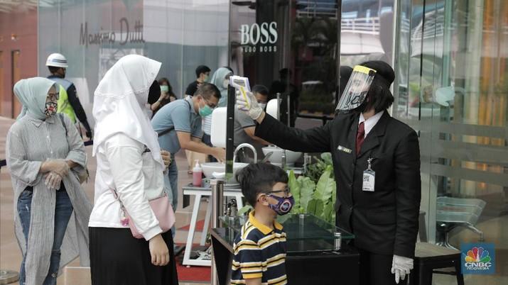 Warga memakai masker di pusat perbelanjaan di Pondok Indah Mall Jakarta, Senin (15/6). Mall yang berlokasi di bilangan Jakarta selatan ini terpantau menerapkan protokol kesehatan yang berlaku sesuai dengan anjuran saat ini. Pihaknya mal juga mempersiapkan peralatan touchless untuk menjamin kebersihan pengunjung yang datang ke mal. Protokol tersebut antara lain wajib memakai masker, jaga jarak 1 meter, suhu tubuh harus di bawah 37,5 derajat celcius, lift maksimum 6 orang, hingga pembayaran yang didorong cashless. Salah satunya adalah Mall Kota PIM  mulai pukul 10.00 sampai 20.00, atau lebih cepat dari jam penutupan sebelum pandemi corona melanda. (CNBC Indonesia/ Muhammad Sabki)