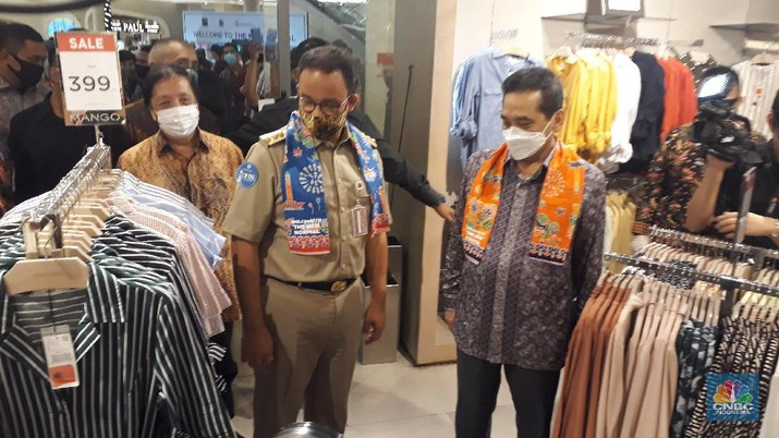 Gubernur Anies Baswedan meninjau hari kedua pembukaan mal di DKI Jakarta, di Kota Kasablanka Selasa (16/6). (CNBC Indonesia/ Ferry Sandi)