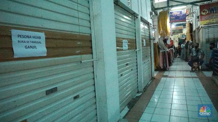 "Suasana Pembatasan Sosial Berskala Besar (PSBB) di Ibu Kota berdampak pada aktivitas di pasar Jaya salah satunya, di kawasan Pasar Cijantung, Jakarta Timur. 16/6/20, CNBC Indonesia/Tri Susilo  Pantauan CNBC Indonesia dilapangan pada Selasa (16/6/20) mencoba menelusuri seluruh isi pasar, tampak sepi  pembeli.  Salah satu pasar di kawasan Jakarta Timur itu sangat berbeda dibanding hari-hari biasanya yang padat dan ramai. Kali ini tampak sepi. Bahkan kendaraan yang terparkir sangat minim.    Salah satu pedagang pakaian anak mengatakan, kondisi pasar mulai sepi saat terjadi virus corona. ""Ini sangat berimbas pada pendapatan kami. Repot kalau begini terus,""ujarnya.  Menurutnya,  setelah lewat pukul 11.00 WIB, siang hari, sudah sangat kurang orang yang berbelanja di pasar. Dagangan pun tentu aja banyak yang tak laku. Karena itu ia berharap wabah COVID-19  ini bisa cepat selesai.  Yanto, pedagang daging ayam juga merasakan demikian. "" Jam 10 masih numpuk dagangan ini. kami sangat khawatir pak kalau begini terus.,""ujarnya sambal geleng geleng kepala.  Pedagang sayur pun demikian. Munawar seorang  tukang sayur mengatakan, untuk mendapatkan sayur juga sulit. ""Kita dapat juga sulit. Jualnya juga sudah sepi pembeli. Aturan jaga jarak dan tidak berpergian ke pasar sangat berdampak. ""Jadi kalau enggak laku ya udah jadi risiko,"" ungkapnya.    Penjagaan juga diperketat oleh anggota TNI dan securty pasar untuk, setiap pengunjung yang ingin masuk ke pasar akan dicek suhu dan cuci tangan.   Untuk kepasar basah (pasar ikan) dipastikan pengunjung memakai masker, peraturan tersebut sudah pasang sebelum masuk pasar basar.  Sebelumnya Seorang pedagang di Pasar Obor Cijantung dinyatakan positif Covid-19 usai jalani rapid test dan swab test Covid-19 pada Jumat (29/5/2020) lalu.  Informasi itu berdasarkan data dari Perumda Pasar Jaya pada Kamis (11/6/2020).  Adapun rapid test dan swab test di Pasar Obor Cijantung pada 29 Mei 2020 lalu diikuti 75 peserta yang terdiri dari pengunjung dan pedaga"