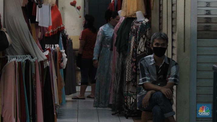 """Pasar CSuasana Pembatasan Sosial Berskala Besar (PSBB) di Ibu Kota berdampak pada aktivitas di pasar Jaya salah satunya, di kawasan Pasar Cijantung, Jakarta Timur. 16/6/20, CNBC Indonesia/Tri Susilo  Pantauan CNBC Indonesia dilapangan pada Selasa (16/6/20) mencoba menelusuri seluruh isi pasar, tampak sepi  pembeli.  Salah satu pasar di kawasan Jakarta Timur itu sangat berbeda dibanding hari-hari biasanya yang padat dan ramai. Kali ini tampak sepi. Bahkan kendaraan yang terparkir sangat minim.    Salah satu pedagang pakaian anak mengatakan, kondisi pasar mulai sepi saat terjadi virus corona. """"Ini sangat berimbas pada pendapatan kami. Repot kalau begini terus,""""ujarnya.  Menurutnya,  setelah lewat pukul 11.00 WIB, siang hari, sudah sangat kurang orang yang berbelanja di pasar. Dagangan pun tentu aja banyak yang tak laku. Karena itu ia berharap wabah COVID-19  ini bisa cepat selesai.  Yanto, pedagang daging ayam juga merasakan demikian. """" Jam 10 masih numpuk dagangan ini. kami sangat khawatir pak kalau begini terus.,""""ujarnya sambal geleng geleng kepala.  Pedagang sayur pun demikian. Munawar seorang  tukang sayur mengatakan, untuk mendapatkan sayur juga sulit. """"Kita dapat juga sulit. Jualnya juga sudah sepi pembeli. Aturan jaga jarak dan tidak berpergian ke pasar sangat berdampak. """"Jadi kalau enggak laku ya udah jadi risiko,"""" ungkapnya.    Penjagaan juga diperketat oleh anggota TNI dan securty pasar untuk, setiap pengunjung yang ingin masuk ke pasar akan dicek suhu dan cuci tangan.   Untuk kepasar basah (pasar ikan) dipastikan pengunjung memakai masker, peraturan tersebut sudah pasang sebelum masuk pasar basar.  Sebelumnya Seorang pedagang di Pasar Obor Cijantung dinyatakan positif Covid-19 usai jalani rapid test dan swab test Covid-19 pada Jumat (29/5/2020) lalu.  Informasi itu berdasarkan data dari Perumda Pasar Jaya pada Kamis (11/6/2020).  Adapun rapid test dan swab test di Pasar Obor Cijantung pada 29 Mei 2020 lalu diikuti 75 peserta yang terdiri dari pengunjung dan"""