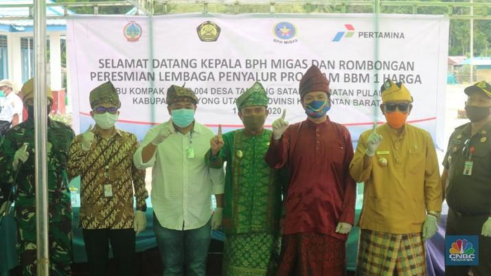 BPH Migas meresmikan BBM 1 Harga SPBU Kompak di Kecamatan Pulau Maya, Kalbar, Rabu, (17/06/2020). (CNBC Indonesia/ Anisatul Umah)