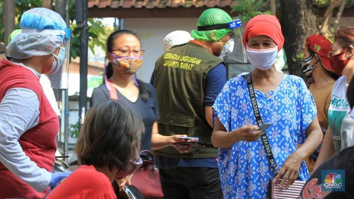 Sebanyak 150 orang pedagang pasar tradisional menjalani Swab COVID-19 yang dilakukan oleh puskesmas Kecamatan Palmerah, Jakarta Barat. 17/6/20. CNBC Indonesia/Tri Susilo  Swab COVID-19  dilaksanakan oleh pihak Puskesmas Kecamatan Palmerah, Jakarta Barat pada Rabu (17/6/2020) mulai pukul 08.00 hingga selesai. Seluruh petugas medis yang melaksanakan Swab test juga dibekali alat pelindung diri (APD) lengkap.