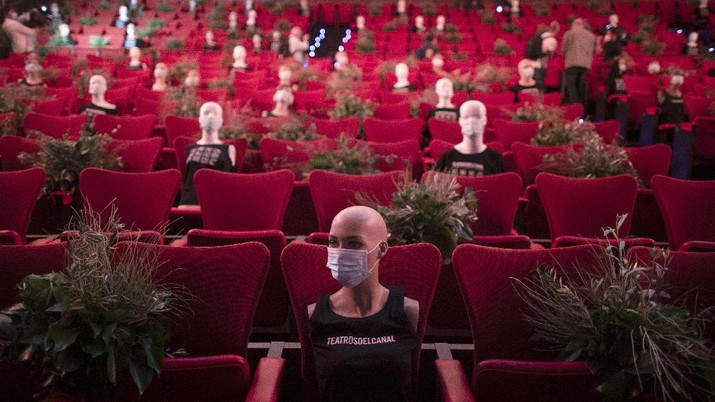 Mannequins wearing face masks are placed to provide social distancing in a theatre in Madrid, Spain, Wednesday, June 17, 2020. Spanish Prime Minister Pedro Sanchez has announced a state ceremony to be held on July 16 to honour more than 27,000 who have died from the coronavirus. The ceremony will be held four months after Spain imposed one of the strictest lockdowns in the world to respond to the virulent cluster that followed major outbreaks in China and northern Italy. (AP Photo/Manu Fernandez)