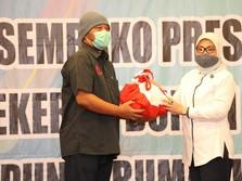 Menaker & Mensos Serahkan Bansos Presiden ke Pekerja Kena PHK