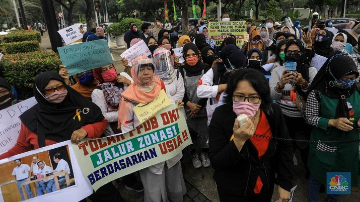 Orang tua siswa gruduk Balai Kota. CNBC Indonesia/Andrean Kristianto