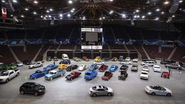 Pameran mobil Drive Thru di Canada. AP/Darryl Dyck