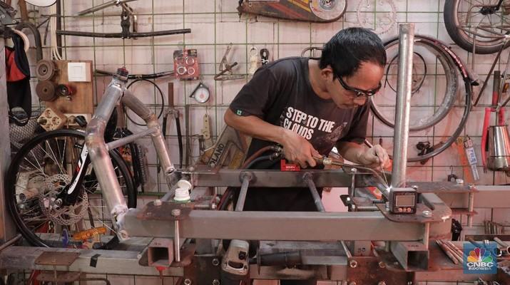 Ilustrasi Pembuatan Sepeda Kargo. CNBC Indonesia/Muhammad Sabki