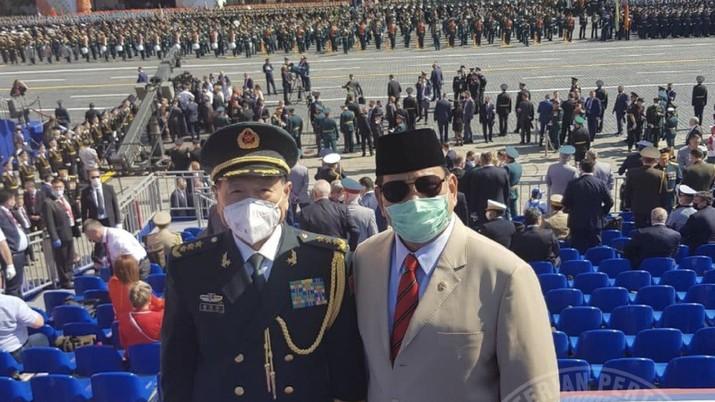 Menteri Pertahanan Republik Indonesia H. Prabowo Subianto saat bertemu dengan Menteri Pertahanan Republik Rakyat Tiongkok H. E. Wei Fenghe ketika menyaksikan upacara parade dan defile dalam rangka memperingati Ulang Tahun ke-75 Kemenangan Rusia. Dok: Twitter Kemhan RI