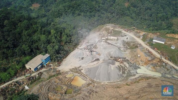 Suasana penambangan pasir di kawasan Rumpin, Kabupaten Bogor, Jawa Barat, Sabtu (27/6/2020). Penambangan pasir secara berlebihan dapat menyebabkan dampak negatif, seperti kerusakan alam, ekosistem, serta hilangnya sumber mata air. (CNBC Indonesia/ Andrean Kristianto)