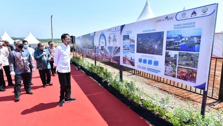 Presiden Jokowi melakukan peninjauan di lokasi Kawasan Industri Terpadu Batang dan Relokasi Investasi Asing ke Indonesia yang terletak di Desa Ketanggan. Kec Gringsing, Kabupaten Batang, Selasa 30/06/2020. (Ist Agus Suparto)