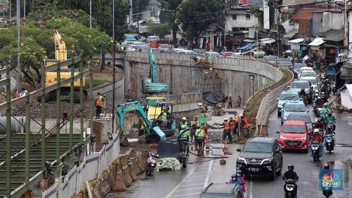 Potret Kemacetan Akibat Penutupan Underpass Senen (CNBC Indonesia/Andrean Kristianto)