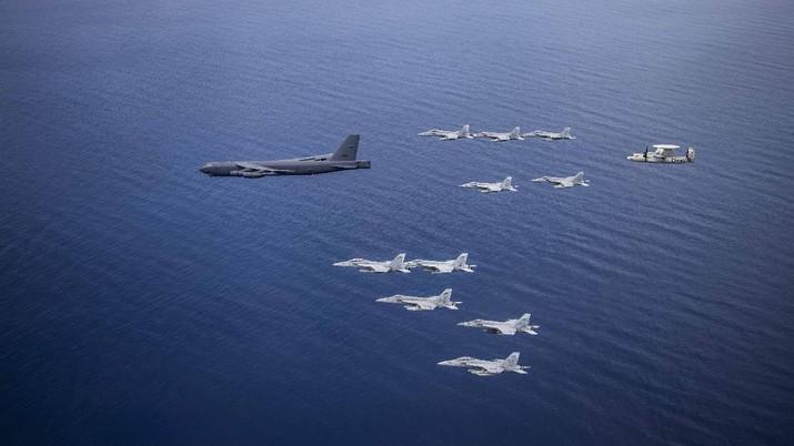 Pesawat Nimitz Carrier Strike Force dan B-52 Bomber di Laut Cina Selatan.