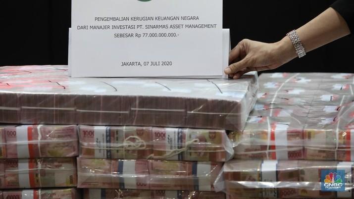 Barang Bukti Pengembalian Kerugian Keuangan Negara dari Manajer Investasi PT. Sinarmas Asset Management di Kejaksaan Agung RI, Jakarta, Selasa (7/7). (CNBC Indonesia/ Muhammad Sabki)