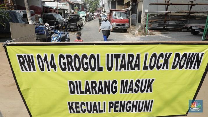 Dua wilayah Rukun Warga 006 dan 014, Kelurahan Grogol Utara, Kebayoran Lama, Jakarta Selatan, ditutup sementara selama 14 hari usai 16 warga di kompleks itu ditemukan positif Covid-19. Selasa (7/7/20). (CNBC Indonesia/Tri Susilo)